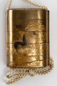 Inro à 4 cases en laque or à décor de chevaux. 18ème siècle.
