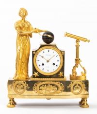 Pendule d'époque Empire en bronze doré figurant Uranie, muse de l'astronomie
