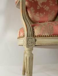 Paire de fauteuils médaillon de style Louis XVI, XIXème siècle ou début du XXème siècle, en soie rose, être laqué.