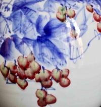 Vase Chinois à Décor De Raisins En Bleu De Cobalt Et Rouge De Cuivre