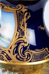 Paire de vases bleu de Sévres. Décors à la Wateau (signés). XIXème