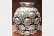 """Vase """"Antilopes"""" en verre moulé-pressé"""
