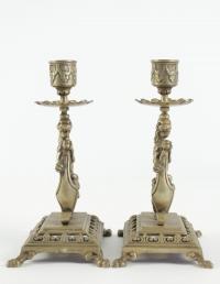 Paire de bougeoirs à main du 19ème siècle en bronze au motif de chimère.