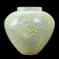 """Vase """"Estérel"""" verre opalescent double couche patiné vert de René LALIQUE"""