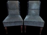 Paire de chaises à dossier crosse en velours rayé bleu