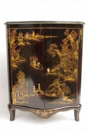 Paire d'encoignures en laque noire à décor chinoisant, circa 1930