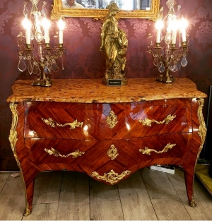 Commode d'époque Louis XV estampillée Pierre Harry Mewesen