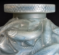 """Vase """"Salmonides"""" verre opalescent patiné gris de René LALIQUE"""