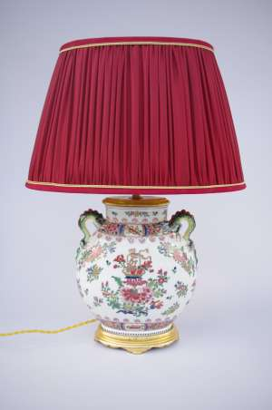 Lampe en porcelaine ovale à décor chinoisant, XXe Siècle