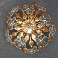 1970' Plafonnier en Fer Doré et Cristal Style Maison Bagués Décor Feuilles et Fleurs Modèle Corbeille