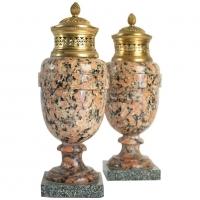 Paire de cassolettes en granite rose et bronze doré, époque Louis XVI, 18ème siècle.