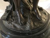 Bronze à patine brune, sur socle de marbre noir, la jeune femme au tambourin. D'après Clodion. Réf: Charles 14.