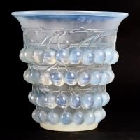 """Vase """"Montmorency"""" verre opalescent patiné bleu de René LALIQUE"""