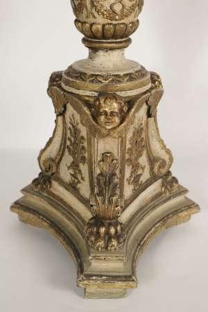 Pique cierge en bois sculpté laqué et doré, 19ème siècle,h: 1m10, l: 40x40cm.