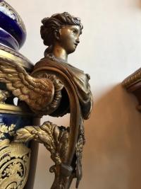 Garniture en porcelaine gros bleu, signée de Poitevin. Réf: 296