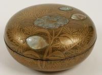 Bonbonnière en laque d'or et incrustations nacre