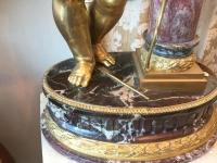 Bambin en bronze doré sur piètement de marbre. Réf: 306