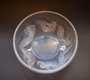 """R. Lalique - Coupe """"Ondines"""" en verre blanc moulé-pressé opalescent"""