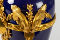 Pendule de style Louis XVi en bronze doré et émail bleu signée BEURDELEY