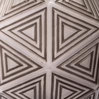 """Lampe de Table """"Nanking"""" verre blanc patiné gris sur socle bois de René LALIQUE"""