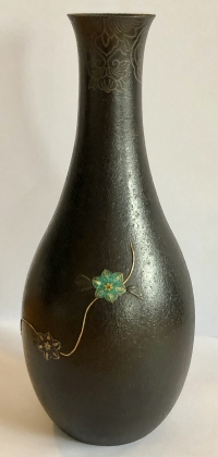 Vase en fer aux émaux champlevés