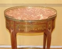 Table de salon dans le goût de Topino en marqueterie de style Transition XIX ème siècle.