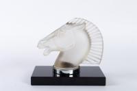 Paire de Mascottes Serre-Livres « Longchamp B » verre blanc socle sur base verre opalin noir de René LALIQUE
