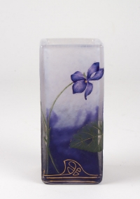 """Daum Nancy :Vase à Décor de  """"Violettes"""" Emaillées à Section Carrée"""