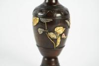Vase japonais en bronze à décor floral à feuilles d'or et d'argent