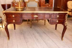 Bureau de style Louis XV en bois de placage - XIXème siècle