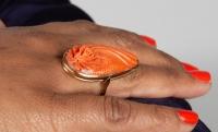 Bague en or 18 kt et corail représentant une fleur