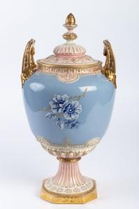 Vase couvert bleu pâle, or, rose et blanc Bohème 19e siècle