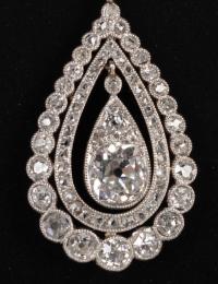 Pendentif en forme de poire décoré d'un rond de diamants et d'un rond de roses 1900