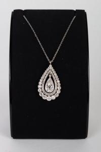 Pendentif en forme de poire décoré d'un rond de diamants et d'un rond de roses