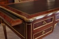 Bureau plat de style Louis XVI de la maison KRIEGER