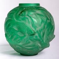 """Vase """"Formose"""" en verre vert émeraude patiné blanc de René LALIQUE"""
