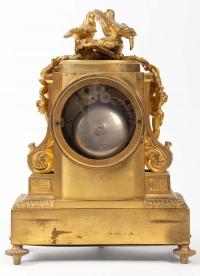 Pendule de style Louis XVI en bronze à décor de porcelaine de Sèvres