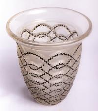 """Vase """"Guirlandes"""" verre blanc émaillé noir de René LALIQUE"""