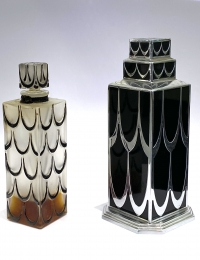 "Flacon ""Skyscraper"" verre blanc émaillé noir de René Lalique"