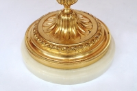 Paire de bougeoirs de style Louis XVI à deux bras de lumière montés en lampe, bronze doré, circa 1880
