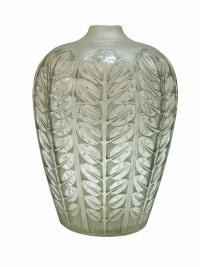 """Vase """"Tournai"""" verre blanc patiné vert de René LALIQUE"""