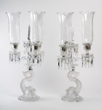 Grande paire de candélabres à trois lumières et pampilles modéle délphine en cristal signé Baccarat