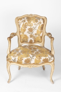 Paire de fauteuils cabriolet de style Louis XV laqués beige, vers 1900