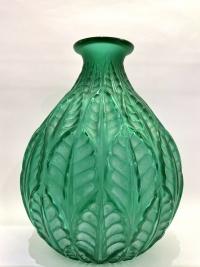 """Vase """"Malesherbes"""" verre vert émeraude patiné blanc de René LALIQUE"""