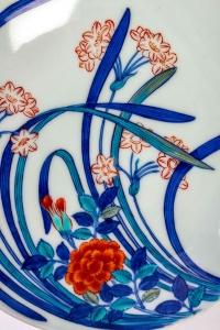 Plat japonais Nabeshima polychrome à décor de Narcisses et Pivoines, 20ème siècle