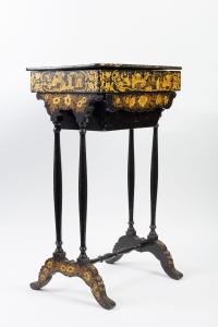 Table en laque noire et or 19e siècle