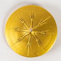 """Epingle à chapeau """"Deux Figurines Et Masques"""" verre blanc sur clinquant jaune de René LALIQUE"""