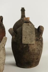 Ensemble de 4 bouteilles en terre cuite anciennes, sans contenu.