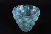 Vase « Moissac » verre opalescent patiné bleu de René LALIQUE