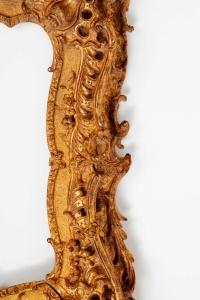 Exceptionnel cadre d'époque Louis XV rococo en bois sculpté et doré